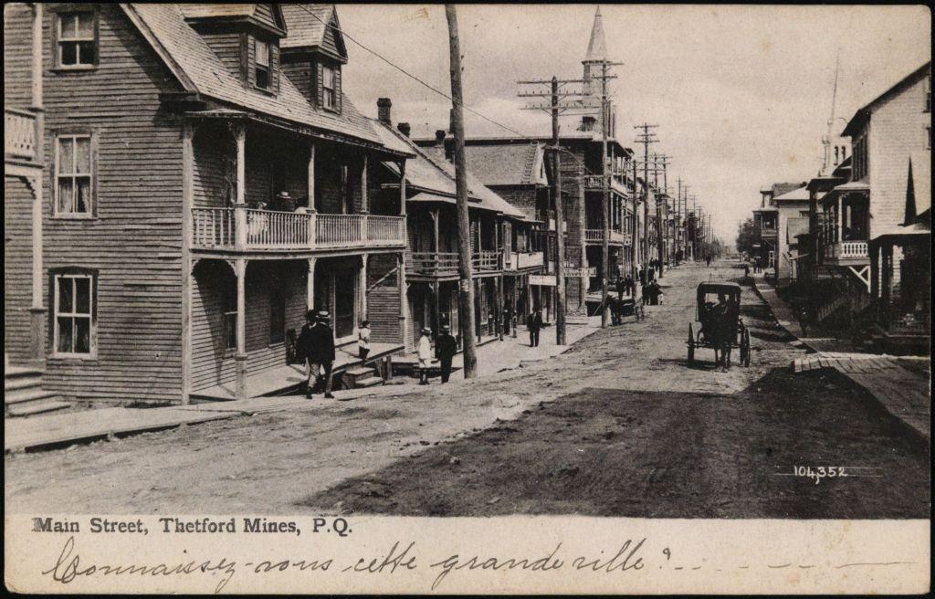 Bibliothèque et Archives nationales du Québec. « Main street, Thetford Mines, P.Q. ». BAnQ numérique. Photo prise entre 1906 et 1909, consulté le 14 août 2020, <http://collections.banq.qc.ca/ark:/52327/2026787>.